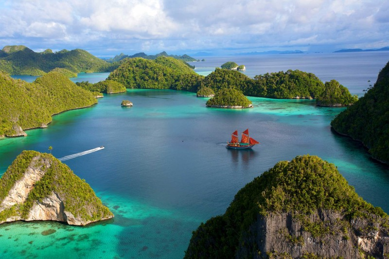 Indonesia-Wildlife-Tours_accommodation-Tiger-Blue_Raja-Ampat-2